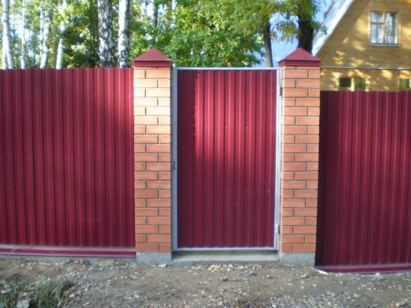 Забор из красного профнастила и кирпича